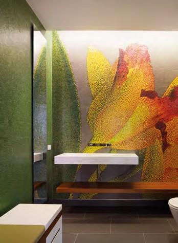 浴室空間以大朵的馬賽克蘭花為主視覺,表現 豪宅氣勢。