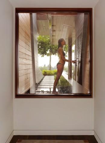 戶外的淋浴設計緊鄰主臥房,方便游完泳時清 潔使用。