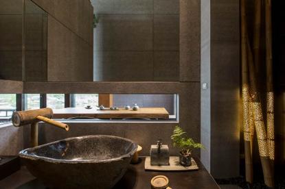 鏤空借來的茶桌雅景與樸拙的洗手台,彷彿聽見水滴入盆的不絕餘韻,動人心弦。