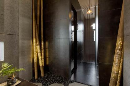 將竹子點點穿空製成精緻的裝飾,在夜幕低垂時打開燈光,不經意渲染一室低調的東方美感。