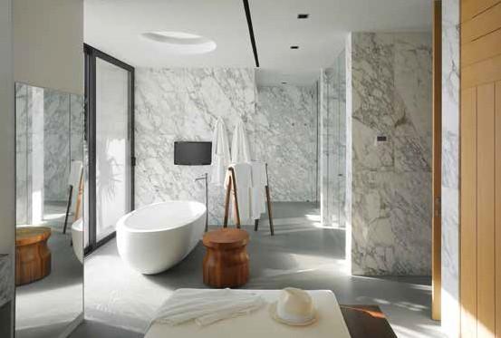 衛浴空間擁有獨立浴缸、淋浴區、三溫暖還有 SPA床,如五星級般的高貴享受。