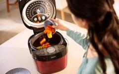 圖說三:飛利浦雙重溫控智慧萬用鍋(HD2143)獨特中途加料功能,讓消費者可依食材烹煮時間中途加料,讓料理精準熟成,口感驚嘆!