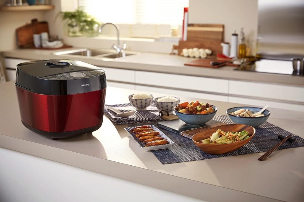 圖說二:飛利浦雙重溫控智慧萬用鍋(HD2143)創新雙重溫控科技等多樣的創新功能,實現一鍋抵多鍋、下廚快、好、多。