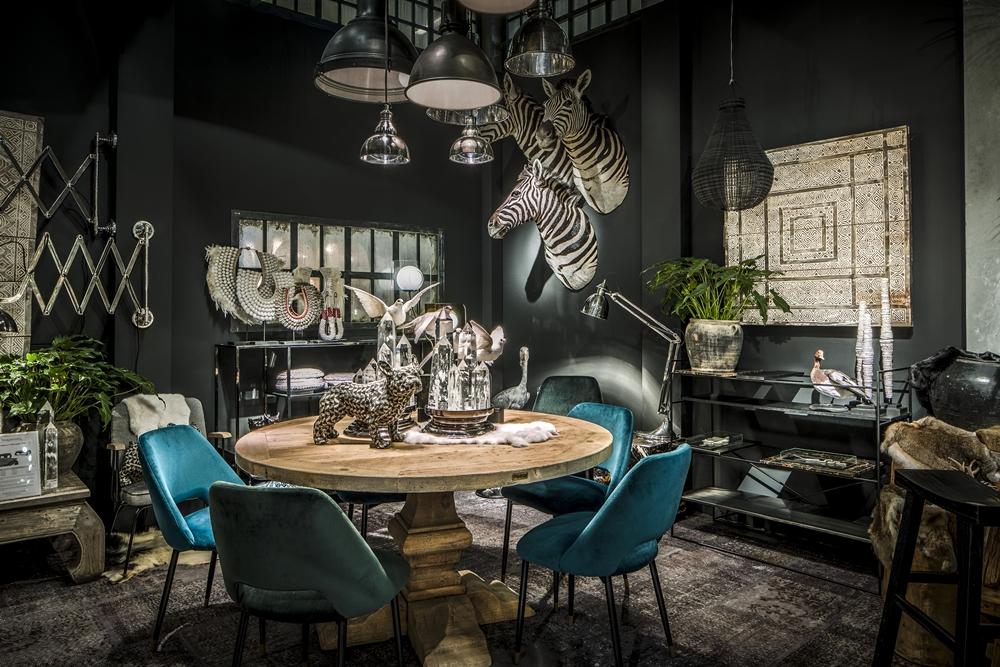 梵諾森情境照-動物標本、鬥牛犬雕像、餐椅、部落串珠擺飾(寬庭提供)