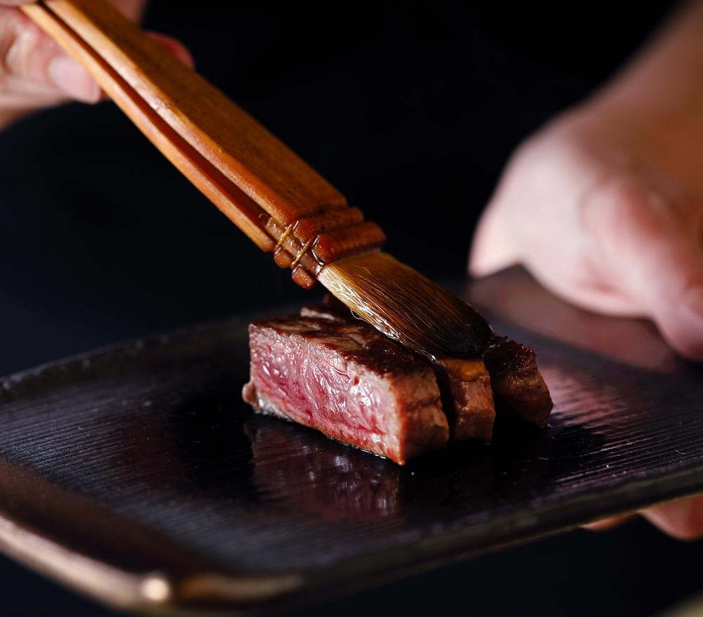 樂軒和牛專門店台中店肉無敵雙人鐵板燒套餐-臀肉上蓋刷上胡麻油更添風味