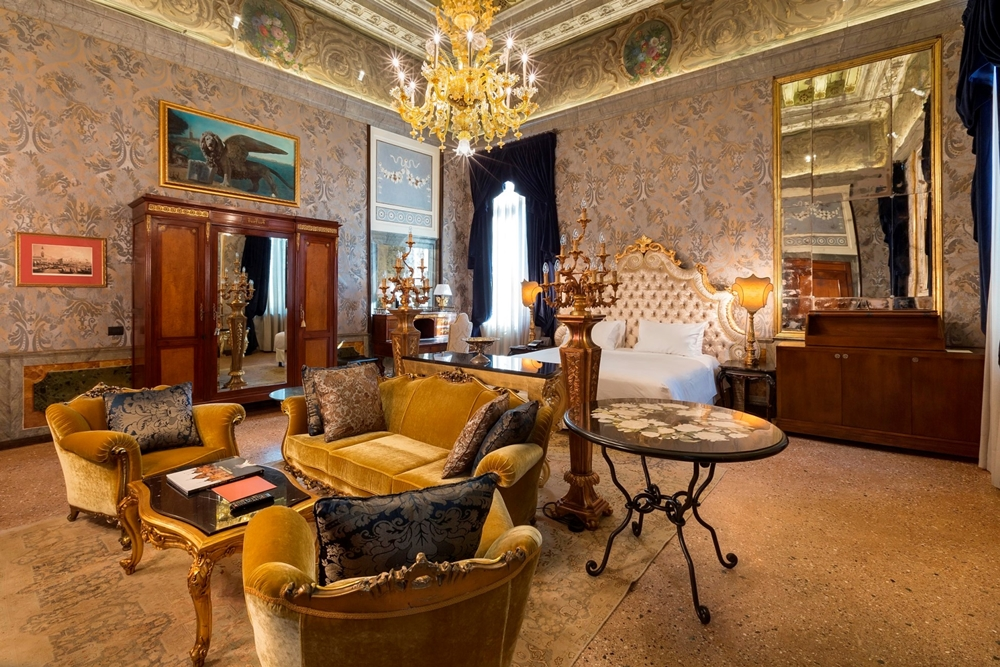 Palazzo Venart Luxury Hotel客房擁有極度考究的絲綢壁紙與中西藝術品