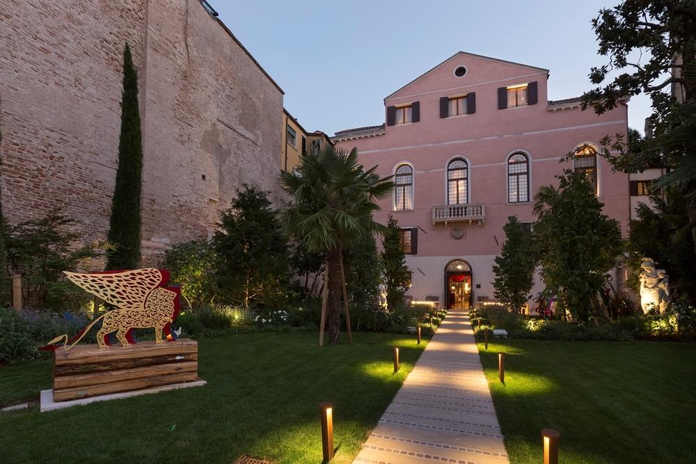 Palazzo Venart Luxury Hotel 外觀為一棟三層樓的貴族宅邸,並在運河畔的獨立花園中設有威尼斯飛獅意象的裝置藝術