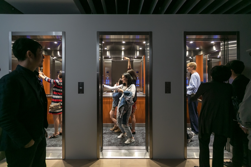 參觀民眾於Leandro Erlich的「電梯迷宮」中互動