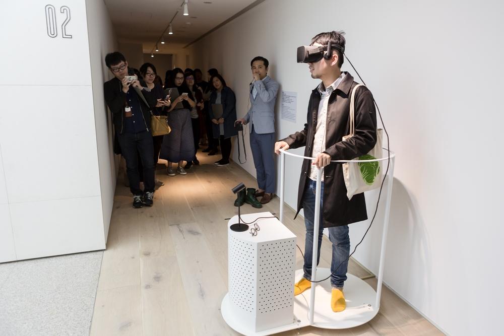 參觀民眾體驗陶亞倫VR作品「鏡中鏡外」
