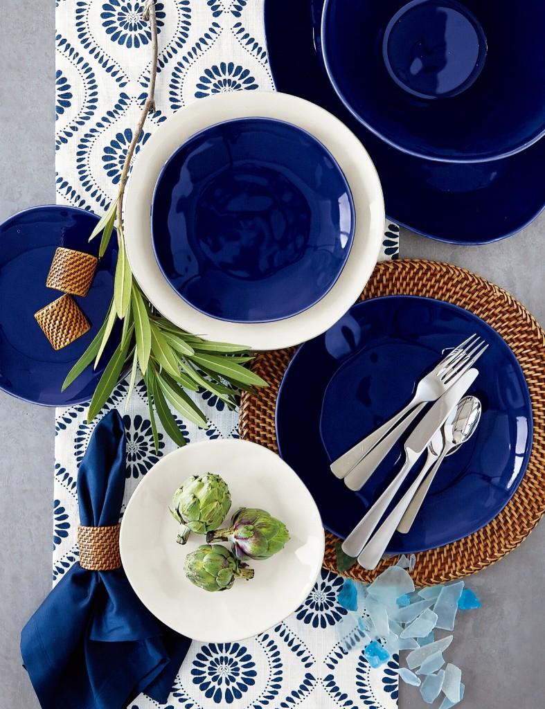 藍、白Marin餐碗盤與同色系的餐桌織品相互呼應。