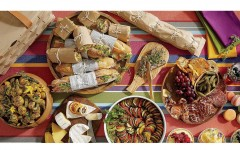Crate Party 打造夏日快意派對,法式風格野餐。將家中的木質餐板通通帶上,裝盛精心準備的各式餐點。