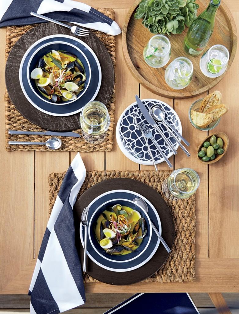 Regatta 美耐皿餐碗盤流露清新的海洋風,與散發南洋氣息的藤製餐墊,讓戶外歡聚時光更加愜意盡興。