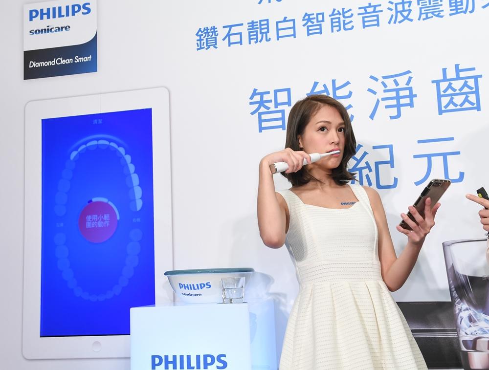 【圖說三之一】飛利浦Sonicare音波震動的流體潔牙技術搭配Sonicare APP科技,讓口腔中的盲區現形,並紀錄個人潔牙習慣並即時給予刷牙建議。
