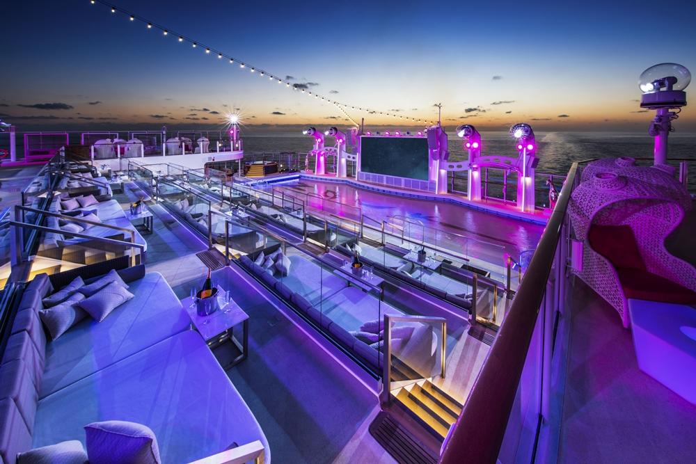 雲頂夢號特地將世界知名的新加坡俱樂部「ZOUK」原汁原味移師船上,更有亞洲郵輪獨有璀璨奪目的煙火匯演秀,熱辣引爆海上狂歡派對。