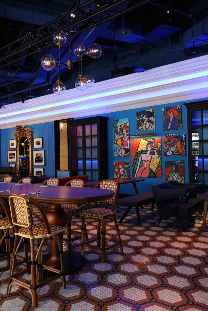 Cafe de Lugano牆面以法國當代藝術家Jacques Pellegrin繽紛畫作妝點