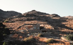 f10_rocksplit_house_in_kea_island_cyclades_greece_by_cometa_architects_yatzer