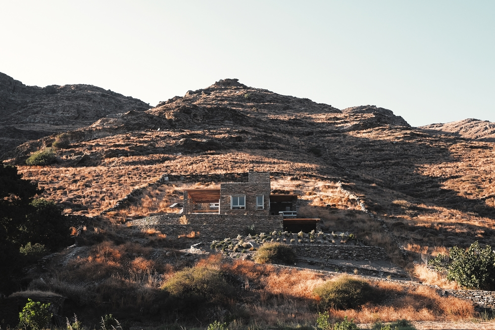 f10_rocksplit_house_in_kea_island_cyclades_greece_by_cometa_architects_yatzer