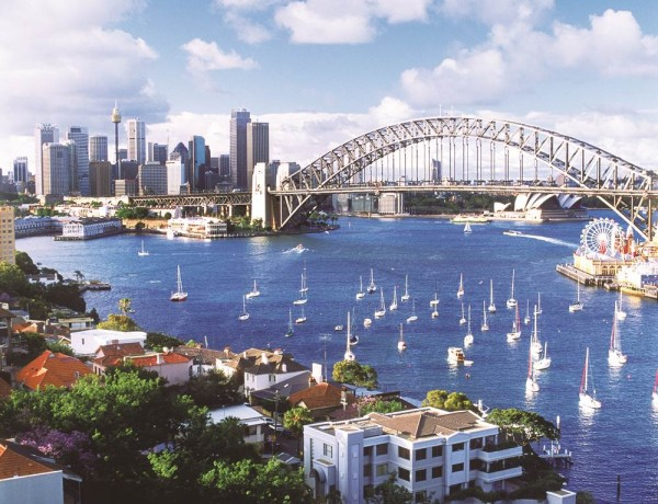 A5TFR1 Sydney Harbour Bridge and city skyline from above Lavender Bay in North Sydney