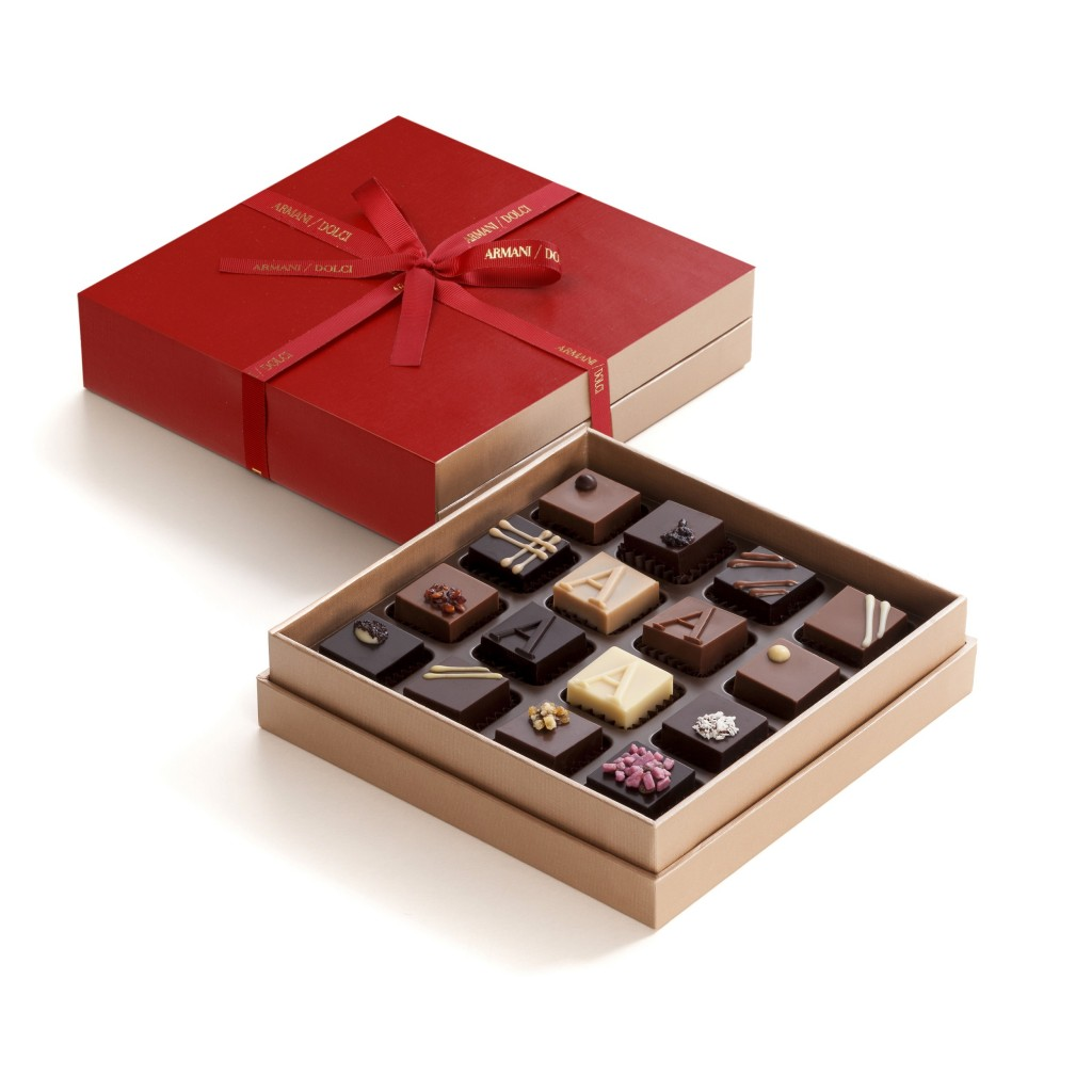 Armani_Dolci_聖誕限定禮盒_以經典傳統的深櫻桃紅包裝紙,搭配同色並飾有金色浮雕Logo字樣的紅色緞帶。(共有9入、16入、36入裝巧...