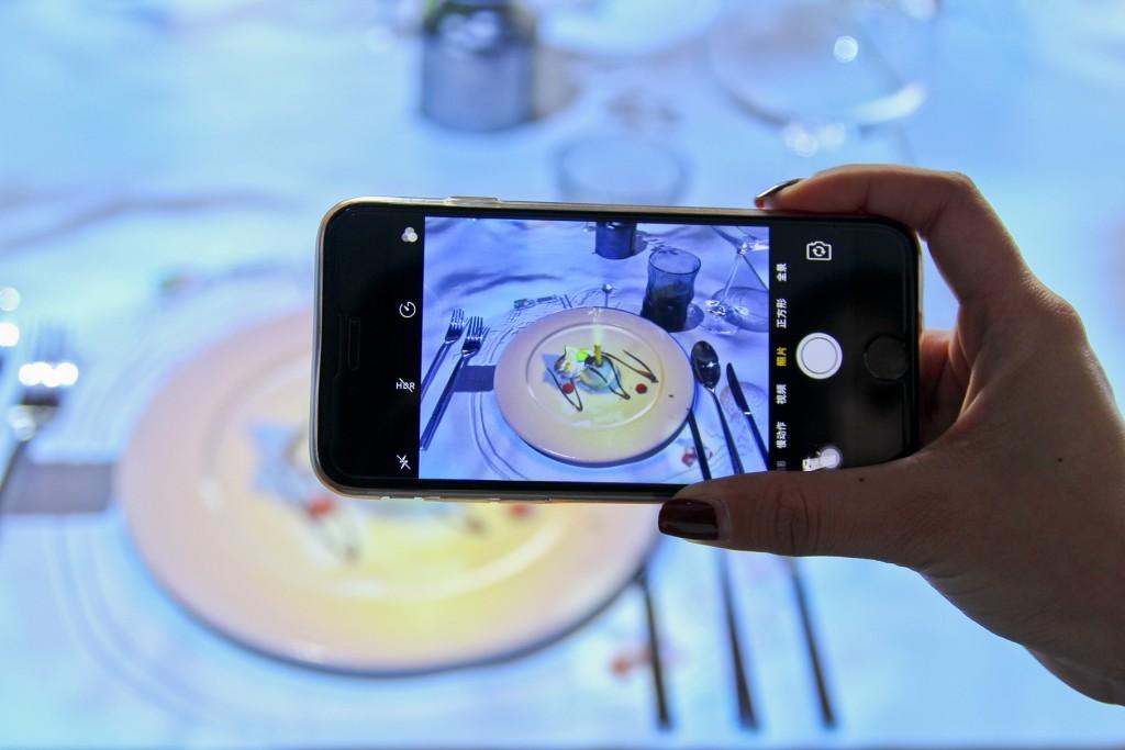 台北晶華_將最新研發3D裸視特效影片,透過精密的投影技術,搭配主廚的美味料理
