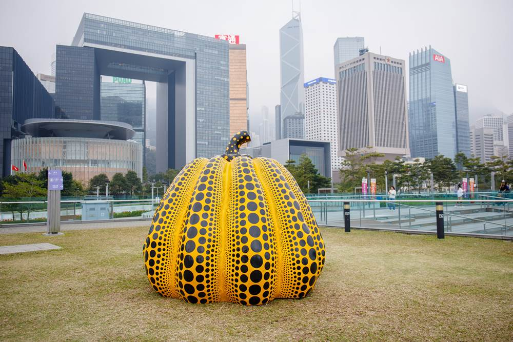 Harbour Arts Sculpture Park 2018, Installation view of Pumpkin big, 2008, YAYOI KUSAMA