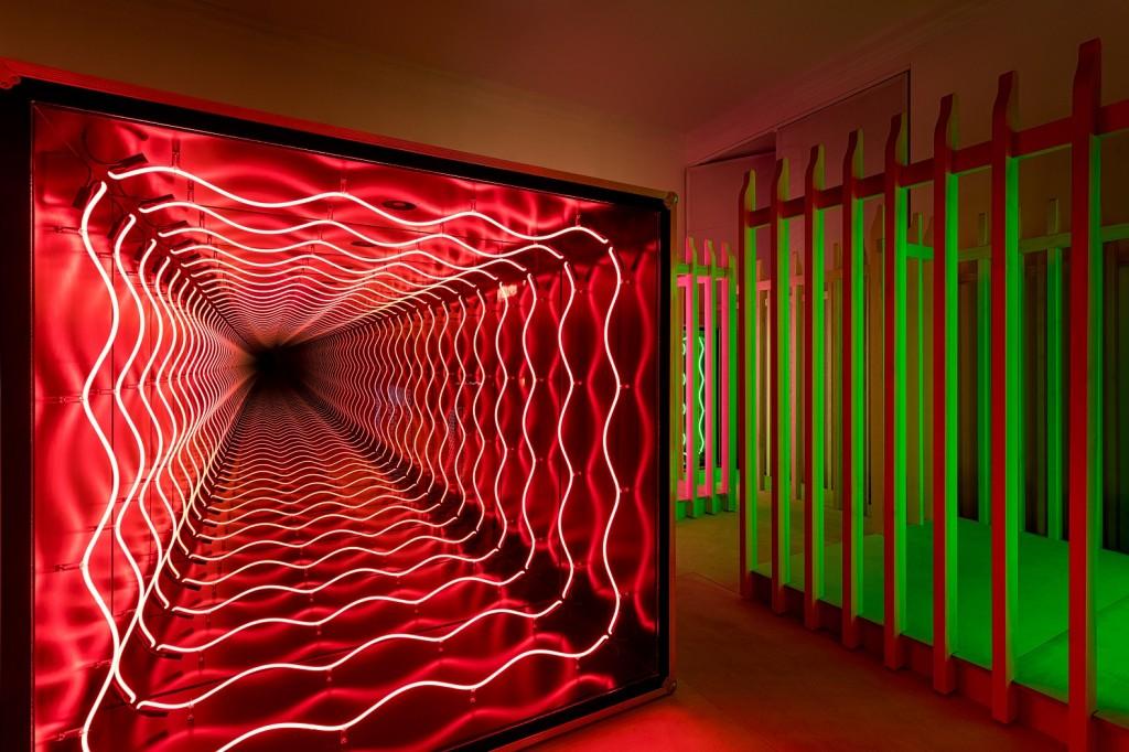 寶格麗邀請智利藝術家 Iván Navarro 設計的螢光霓虹燈裝置,進而深入探索色彩-3