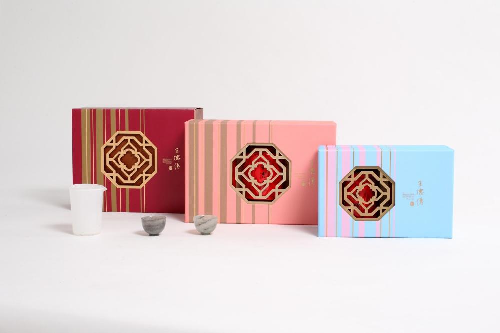 王德傳【好事近】春節禮盒以八角窗形結合春梅圖像,寓意八方來財,喜上眉梢。