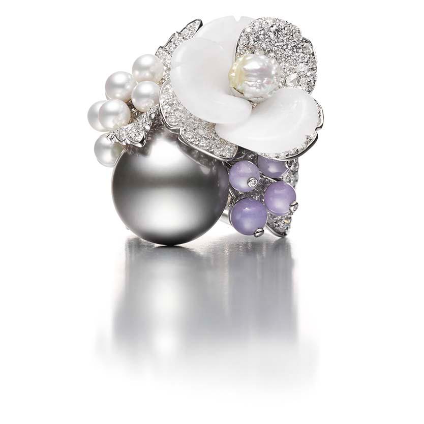 MIKIMOTO Praise to Nature 《四季-冬》頂級珠寶系列南洋黑珍珠彩寶戒指,建議售價NT$530萬元
