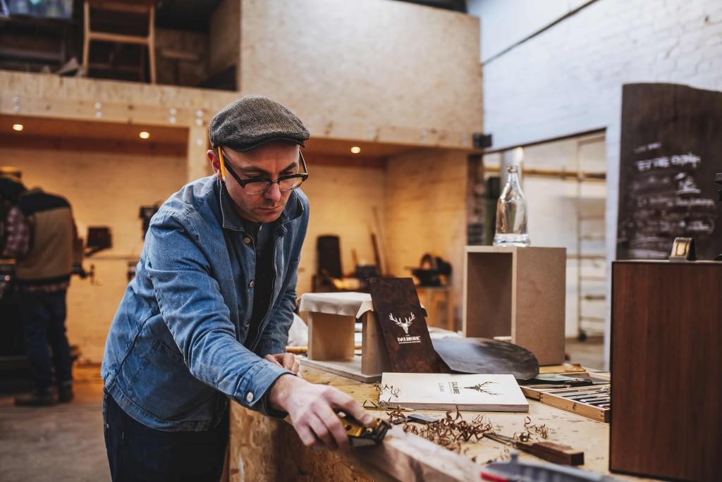 (1)蘇格蘭專業工匠John Galvin設計並手工打造的實心橄欖木、黑胡桃木定製木盒