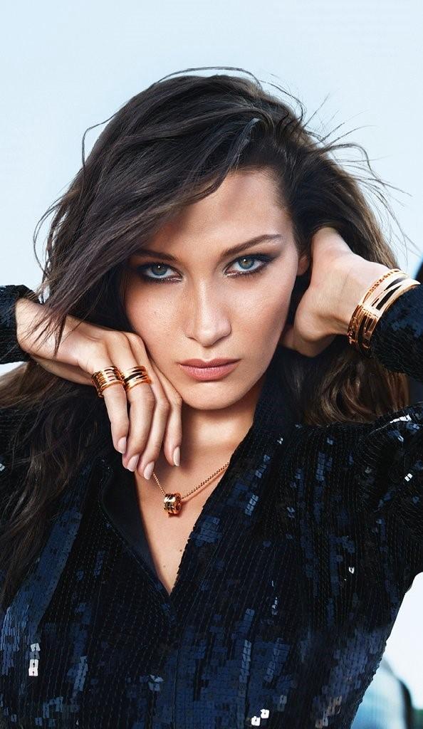 寶格麗品牌代言人Bella Hadid憑藉勇敢自信、大膽無畏的特質,完美詮釋BVLGARI B.zero1 20週年系列珠寶