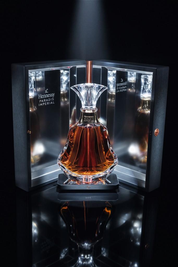 軒尼詩百樂廷皇禧橡木酒盒呼應橡木酒桶,銅飾鉸鏈及旋鈕呼應黃銅蒸餾壺