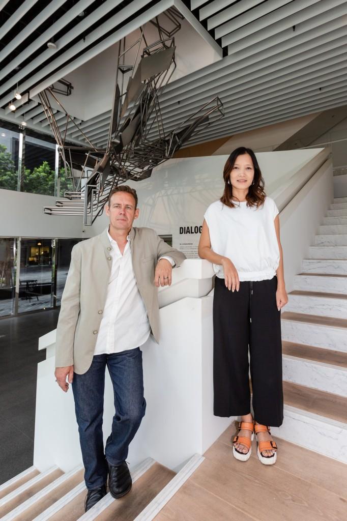Dwayne Oyler(左)、Jenny Wu(右)與新作品「Quicksilver」(© 忠泰美術館)