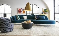 以沉穩的靛藍為主調,搭配木褐、黃銅、石灰等色彩,連結木頭、石材、玻璃、鐵件等材質,並使用幾何圖形重複堆疊,成就優雅中帶有奢華氣息的家具家飾商品