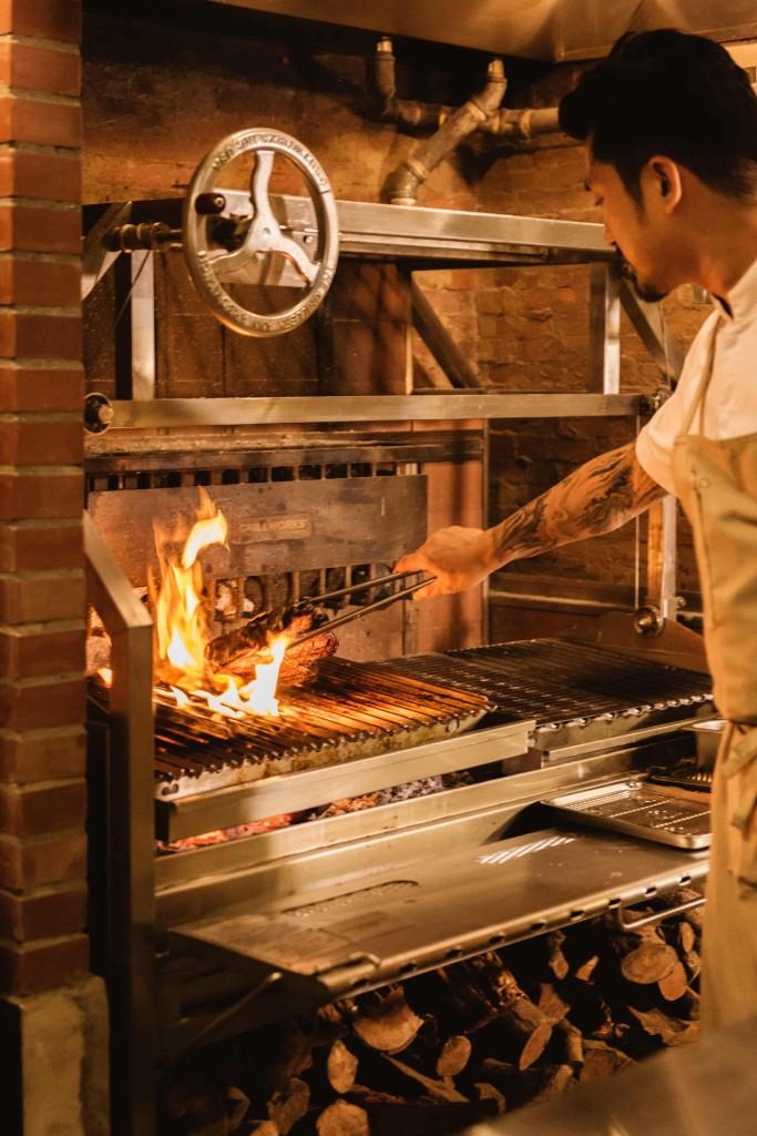WILDWOOD主打原木燒烤料理,選擇台南龍眼木燒至火紅再進行食材燒烤 (1)
