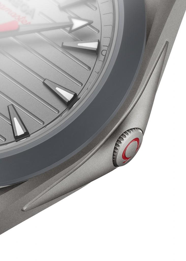 採用符合人體工學的伸縮錶冠(可收入錶殼內)