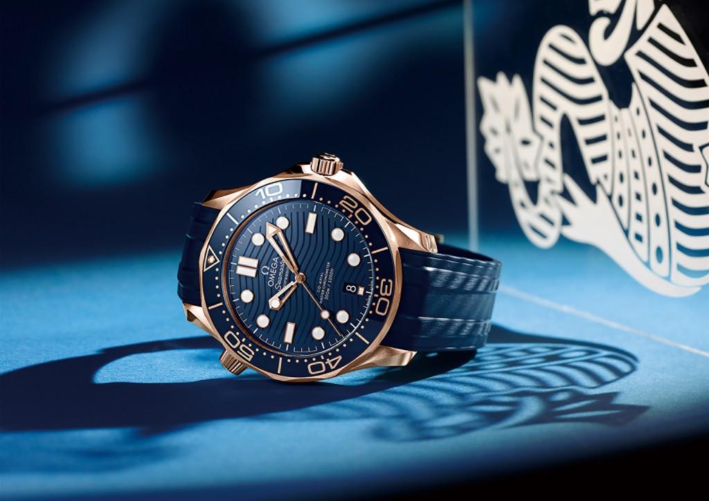 形象圖:歐米茄海馬潛水300米系列同軸擒縱42毫米大師天文台腕錶:Sedna™金錶殼 搭配 橡膠錶帶