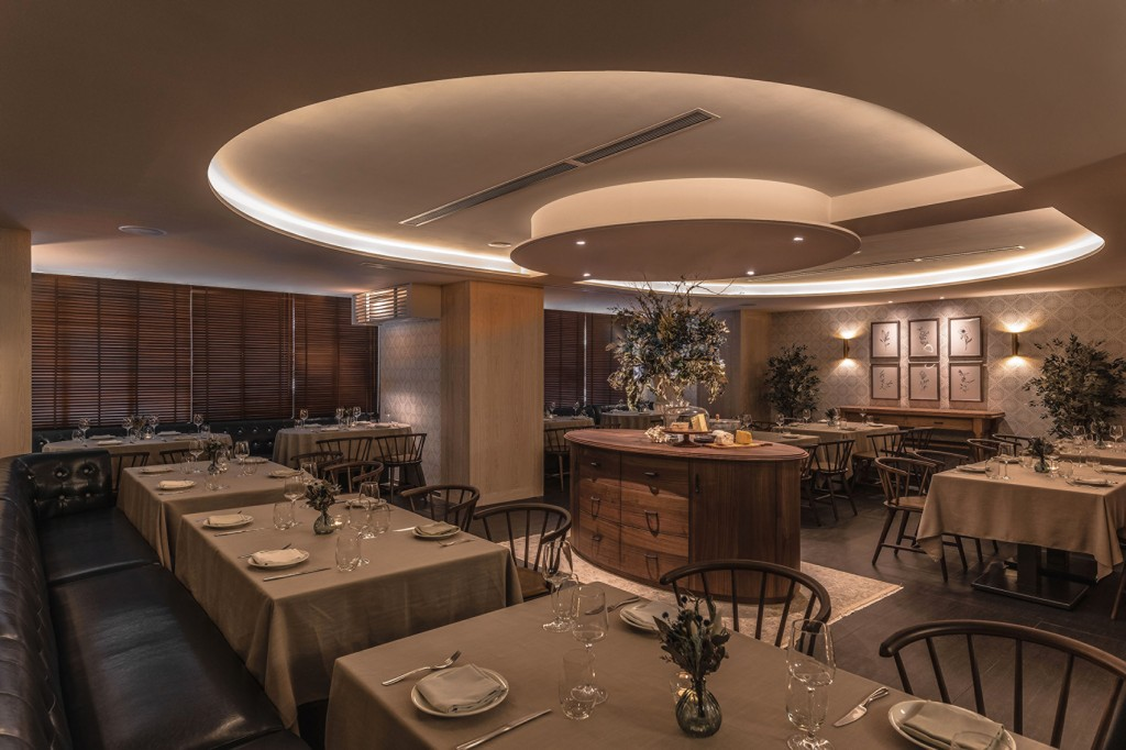 Chou Chou主用餐區彷彿ballroom般,利用天花圓弧切割轉折與間接燈光賦予層次感
