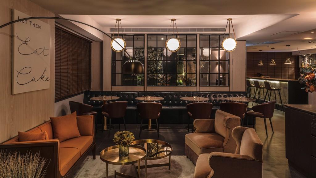 Chou Chou入門客廳以粉色及橘色法式沙發,皮椅搭配大理石圓桌,賓客可於用餐前先悠閒小酌聊天