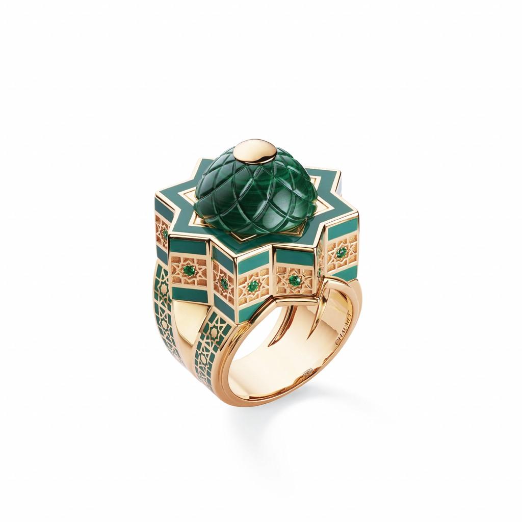 084137 SHÉHÉRAZADE 18K玫瑰金戒指;漆飾;鑲嵌圓形切割祖母綠,與一顆CABOCHON-CUT孔雀石