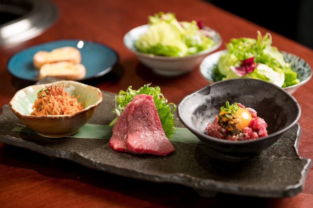 梵燒肉Vanne極料理套餐:左起-三胃、牛刺身、生牛肉